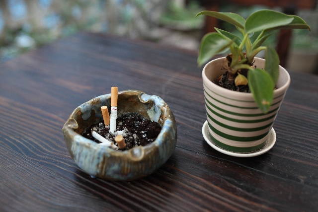 部屋の壁紙についたタバコのヤニ汚れ掃除方法&臭いの取り方