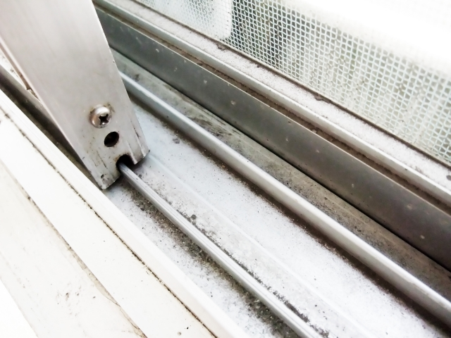 専用グッズいらず!窓 サッシのカビ取り&みぞ掃除の簡単裏ワザ方法