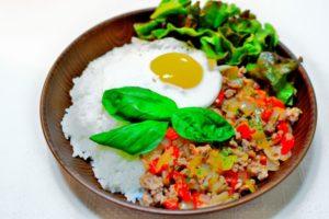 豚ひき肉で作るガパオライスの本格レシピ。人気のタイ定番料理。