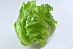 レタスを塩もみ&炒めて大量消費できるレシピ。便秘改善にも効果あり。
