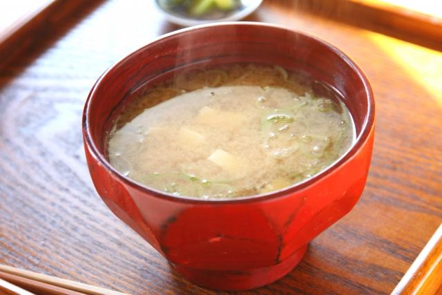 「ピリ辛長生きみそ玉」で作る枝豆のピリ辛みそ汁 レシピ。熱中症予防に効果的。