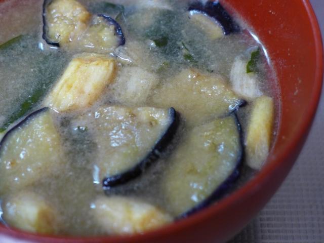 「ピリ辛長生きみそ玉」で作るナスとキムチのピリ辛みそ汁 レシピ。快眠に効果的。