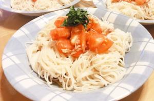 さばトマ冷製パスタの作り方。酢玉ねぎとサバ缶のアレンジレシピ。