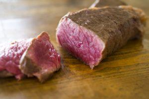 炊飯器で作るローストビーフの簡単レシピ。温度と時間を守るだけで失敗なし!