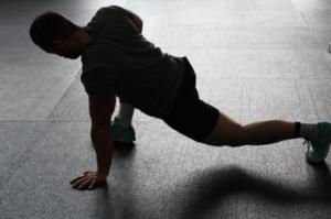 肩こりや腰痛を改善!佐藤義人先生の神ストレッチのやり方。